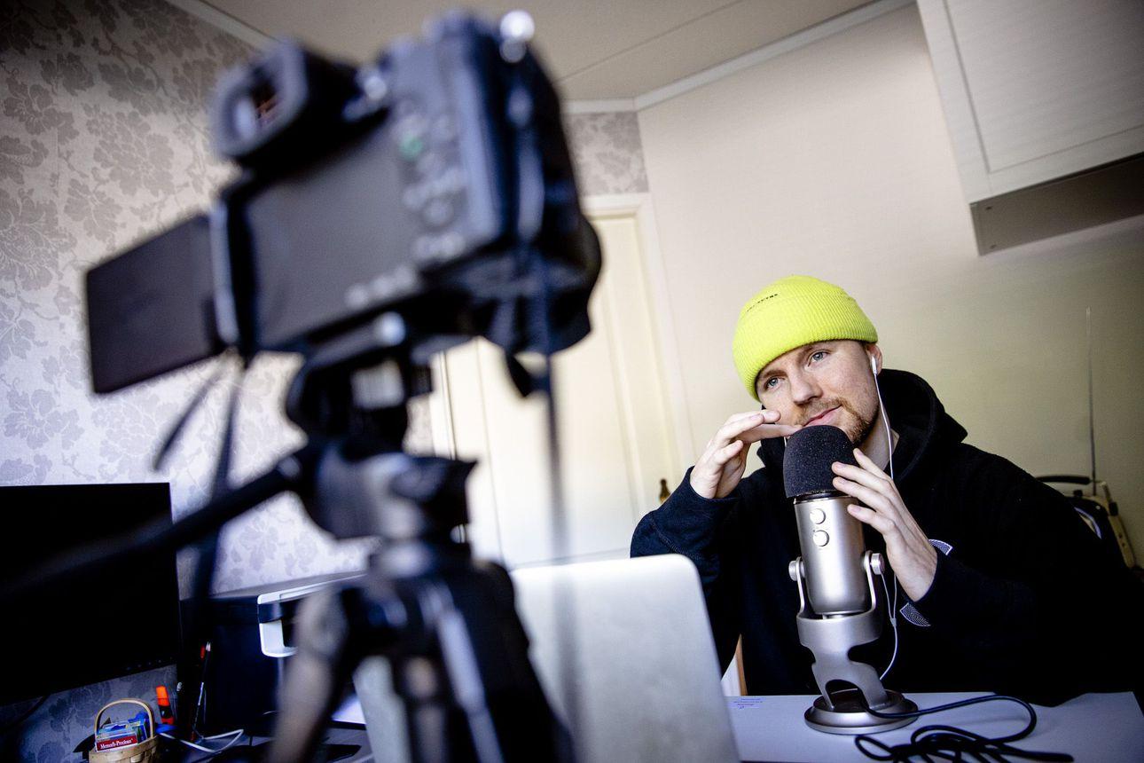 """Tuhannet saavat kehoa kutkuttavia """"tinglejä"""", kun Markus Patrikainen kuiskailee mikrofoniin – Miksi pintojen naputtelu ja lempeä juttelu rentouttaa monia?"""