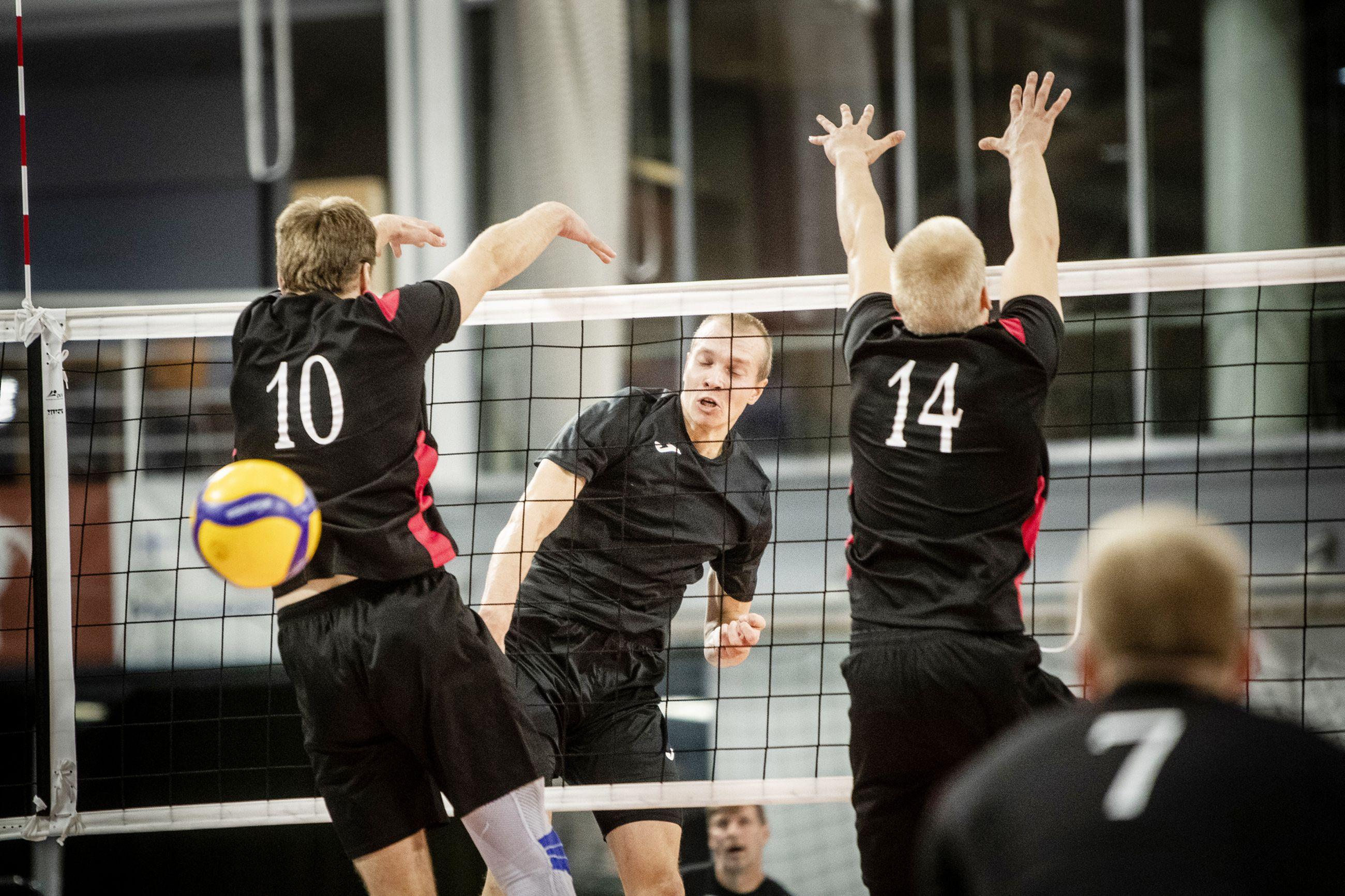 Perungan Poikien uusi hakkuri Eetu Häyrinen tuli kovaa ja korkealta kolme erään. Ettan Aleksi Muukkonen(10) ja Nuutti Niinivaara harovat tyhjää.
