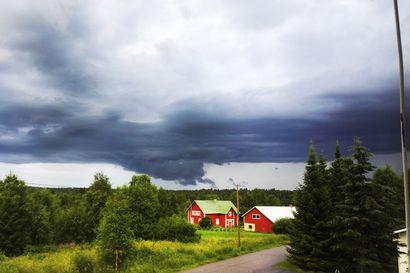 Katso lukijoiden huikeat kuvat ukkosesta ja rankkasateesta – kuvia Kostolta, Tyräjärveltä, Hyypiältä, Kemilästä ja Taivalkosken sekä Kuusamon keskustasta