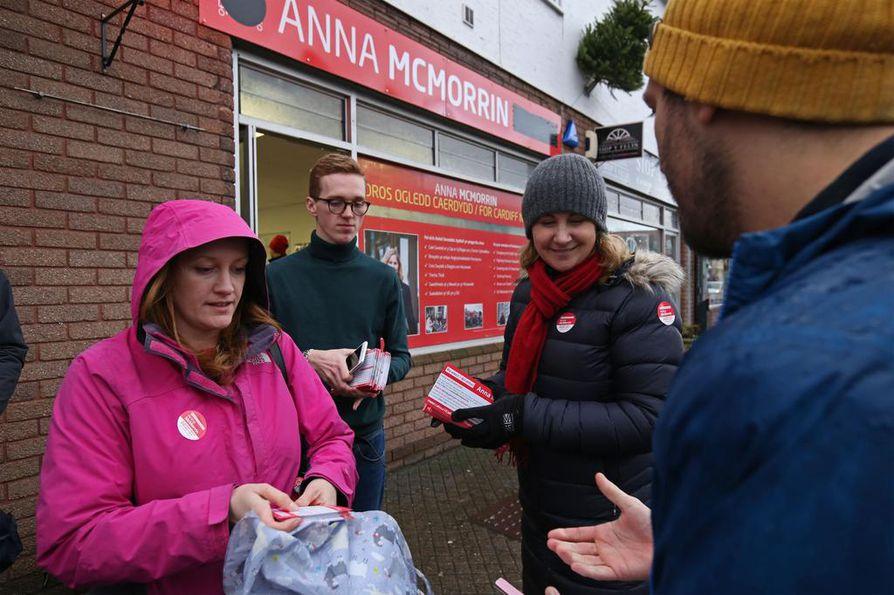 Työväenpuolueen ehdokas Anna McMorrin pitää Walesin Cardiffissa huolta siitä, että kerran äänestämään lupautuneet myös muistavat käydä uurnalla.