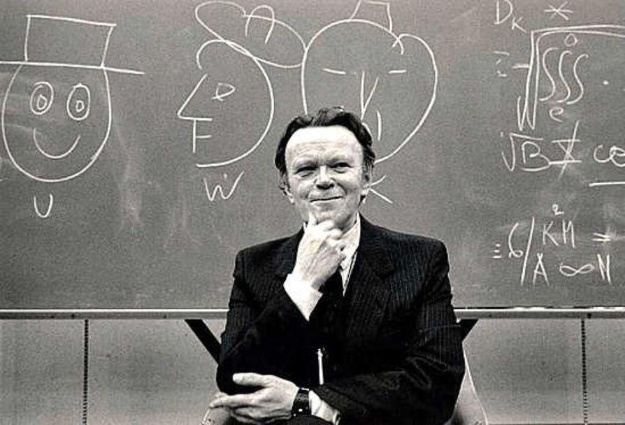 Ortotopologian dosentti Aapo Heikkilä eriskummallisen työnsä ääressä. Harri Nurmisen vuonna 1988 ottama kuva on esillä Heikkilästä kertovassa näyttelyssä.