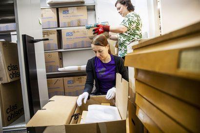 Satoja laatikoita ja pitkää pinnaa – Lapin maakuntamuseon kokoelmia pakataan turvaan lähestyvältä suurtulvalta