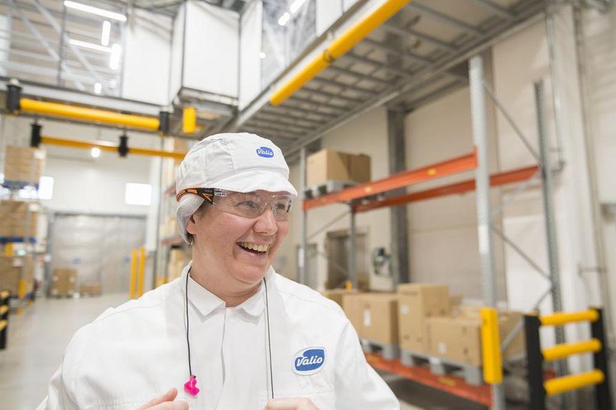 Kun prosessioperaattori Taina Vuorinen aloitti työt meijerissä 1990-luvulla, sokeria ja hilloa lisättiin jogurttimassaan käsin. Nyt käsityö on poissa, ja työt ovat siirtyneet enimmäkseen valvomoon.