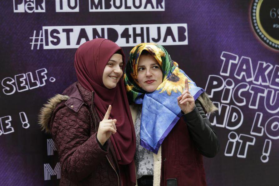 Albanialainen musliminainen poseerasi kameralle kansainvälisenä hijab-päivänä vuonna 2017. Hän kutsui kuvaan myös toisen naisen, joka pukeutui huiviin osoittaakseen tukea sitä käyttäville.