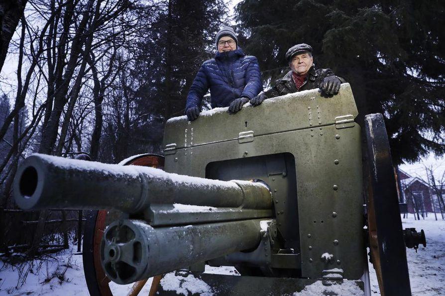 Yrjänäisen talon rannassa sijaitsee kaksi 76 K 02 –tykkiä. Samaa mallia kuin sata vuotta sitten Oulussa sisällissodassa käytetty. Raimo Nurmela (oik.) ja Harry Lidström kertovat, että tykin kuljettamiseen tarvittiin aikoinaan kuuden hevosen valjakko.