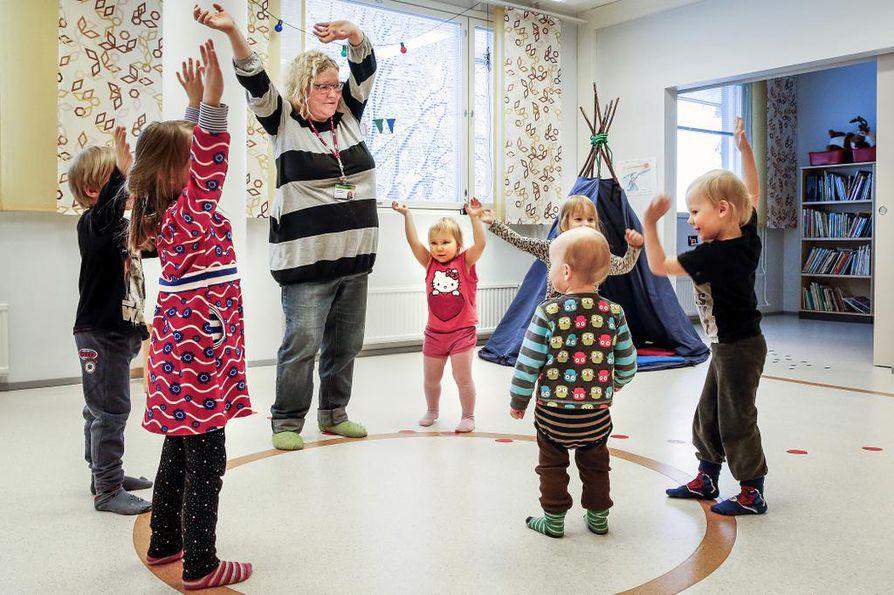 Saamenkielistä varhaiskasvatusta on tarjolla saamelaisalueen lisäksi Rovaniemellä, Oulussa ja Helsingissä. Rovaniemen kielipesän lapset harjoittelivat Stállodánsa-laulua tiistaina juhlittavaa kansallispäivää varten.