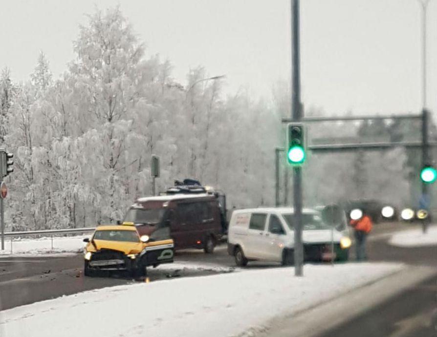 Taksi ja Postin pakettiauto kolaroivat Kuusamontiellä liikennevaloristeyksessä.