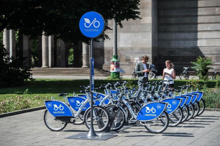 Oulun kaupunkipyörät toimittavan NextBike-yhtiön kuva pyöräasemasta. Oulun pyöriin tulee erilainen väritys ja myös mallin yksityiskohdissa voi olla eroa.