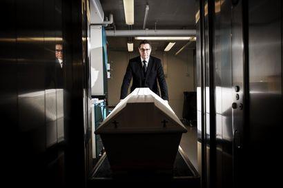 Viimeisellä matkalla Petri Lajunen pukee vainajalle sukat, välttelee kaahareita ja puhelee saamatta vastausta – Seurasimme hauturin työpäivän karunkauniita toimia