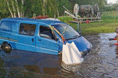 """""""Nyt tuli vähän tuuheampi nosto"""" –sukeltaja pelastaa vaikka auton vedestä: Videolta näkyy, miten yhdeksän tuntia vaatinut nosto käy lopulta sutjakkaasti"""