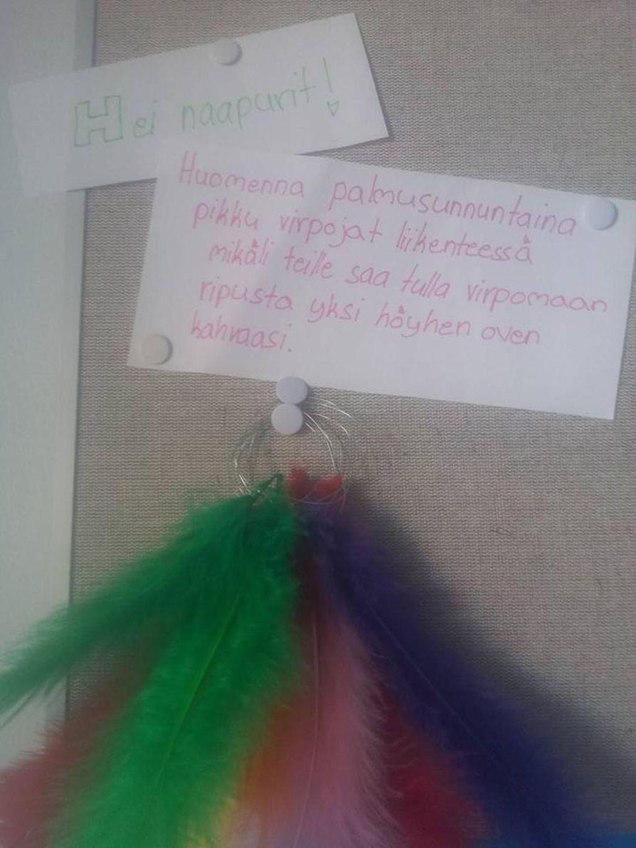 Höyhen kertoo mihin asuntoihin virpojat ovat tervetulleita. Näin sekä virpojat että asukkaat pysyvät tyytyväisinä.