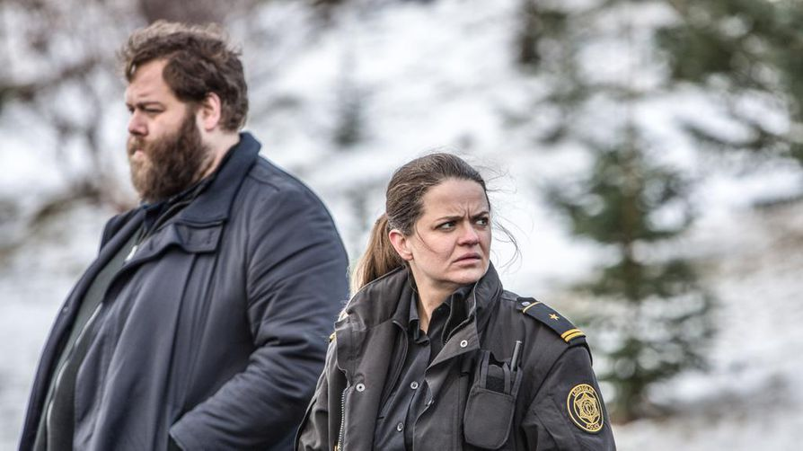 Andri (Olafur Darri Olafsson), Hinrika (Ilmur Kristjansdottir) selvittävät rikoksia Islannin maaseudulla, jossa on jylhät maisemat.
