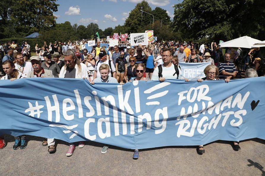 Helsinki Calling -mielenilmaus marssii läpi helteisen Helsingin.