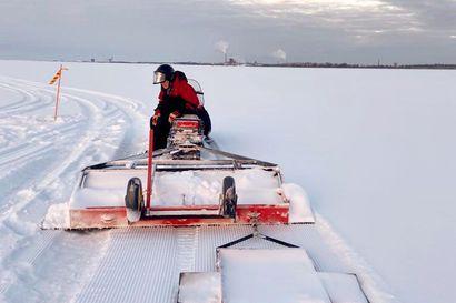 Kempeleen Vihiluodon ja Oulun Oritkarin välinen jääreitti on avoinna – lumipyryllä talkoolaiset uurastavat tuntitolkulla, jotta reitti pysyisi auki