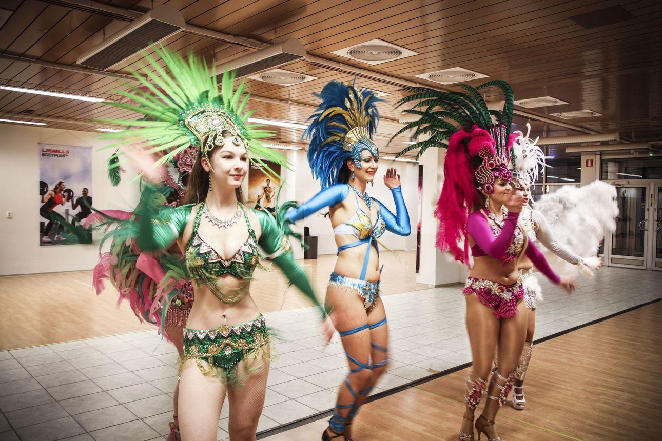 Iloisuutta ja upeita asuja – tanssin avulla oppii hyväksymään itsensä, karnevaalisambaa tanssittu Meri-Lapissa jo kymmenisen vuotta.