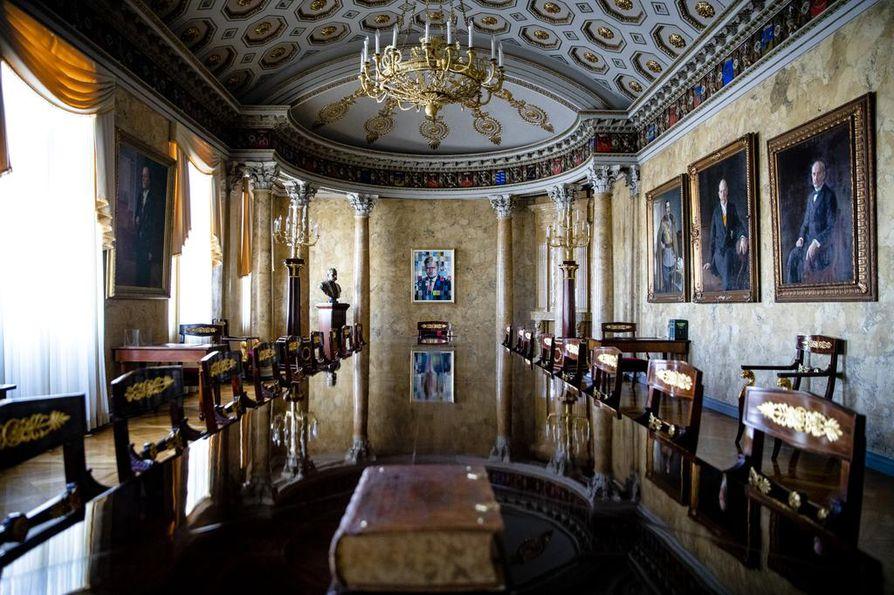 Tasavaltainen hallitusmuoto vahvistettiin sata vuotta sitten Valtioneuvoston linnan salissa, joka toimii nykyään tasavallan presidentin esittelysalina. Presidenttien muotokuvat ovat osa sisustusta. Istuvan presidentin kuvan paikka on päätyseinällä.