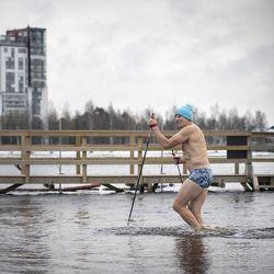 Tulva vei Tuiran uimarannan laiturin viime keväänä ja tilalle tehtiin väliaikainen ratkaisu – milloin talviuintipaikka saadaan kuntoon ja miten kaavamuutos etenee?