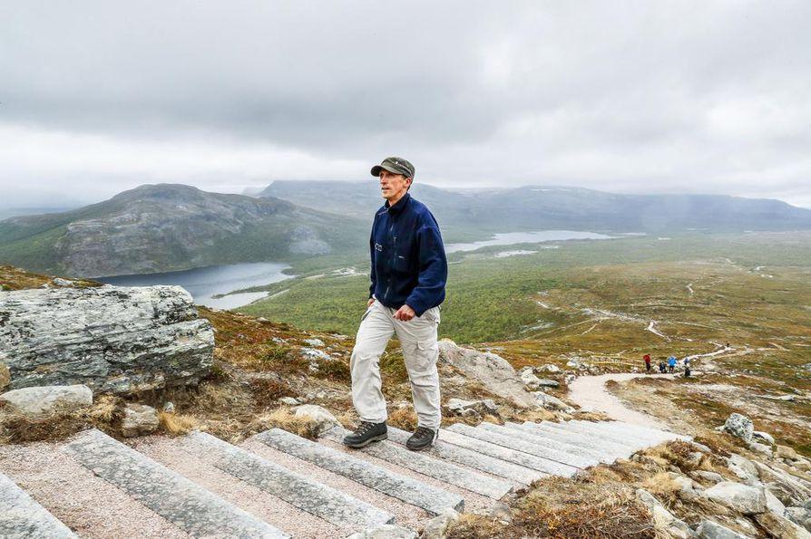 """Kenttäpäällikkö Antti Ohenoja kertoo, että uudet portaat pyrittiin sulauttamaan ympäristöönsä. """"Puuportaiden purku herätti aikanaan vastustusta. Pelättiin luonnon puolesta ja ovathan ne myös nähtävyys."""""""