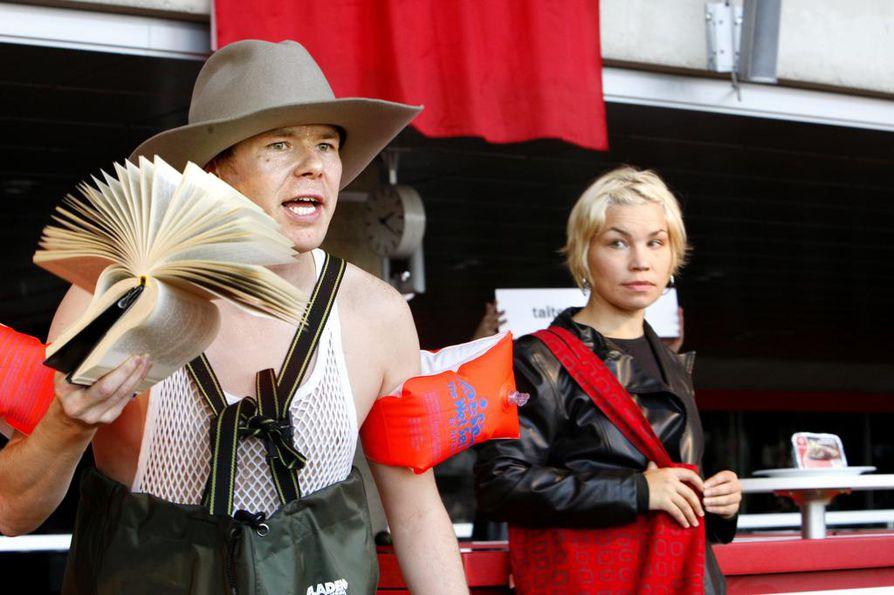 Matkaopas Don Walsh (Sami Henrik Haapala) ja näyttelijä Sini Kalajoki Elämyspuisto Oulu 2012:ssa. Tapahtumaan sisältyi kymmenen erilaista kaupunkiretkeä.