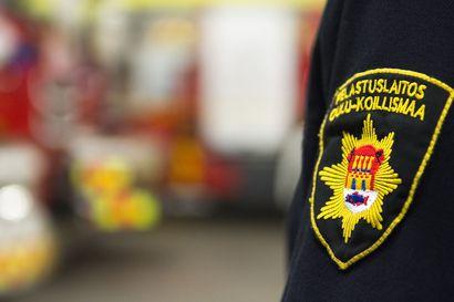 Konehalli ja halkoliiteri tuhoutuivat tulipalossa maatilalla Kuusamon Juumantiellä – jälkisammutus jatkuu yöhön