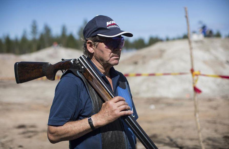 Rune Sundqvist odottaa ampumisvuoroaan. Hän on harrastanut ampumaurheilua jo 60 vuotta.