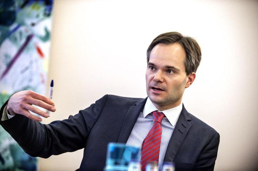 Sisäminsteri Kai Mykkänen (kok.) sanoo, että naisten kokema väkivalta on Suomessa edelleen pöyristyttävän yleistä.