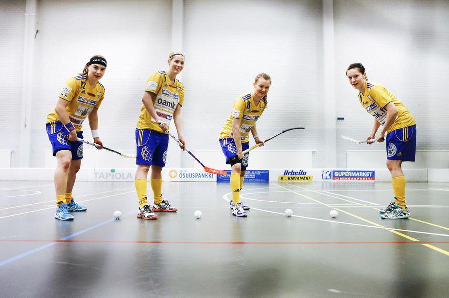OLS:n Emmi Niemelä (vas.), Kristiina Kauppila, Hanna-Mari Uimonen ja Henna Ilmola valmistautuivat vuonna 2013 MM-turnaukseen.