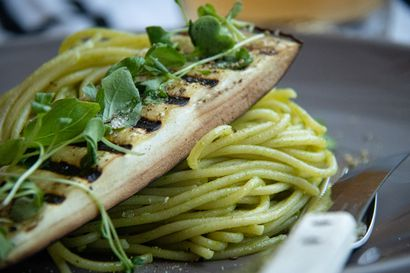 """Vegaanikokki valmistaa sienistä, punajuurista ja linsseistä vaikka """"hanhenmaksaa"""" – Kokeile myös täysin vegaanista pannacottaa"""