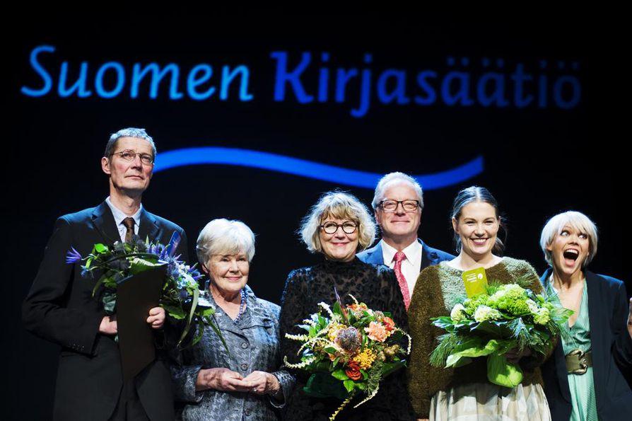 Tuore Finlandia-voittaja Juha Hurme toi palkintopuheessaan esiin huolensa ihmiskunnan tulevaisuudesta. Hurmeesta oikealle Elisabeth Rehn, Riitta Kylänpää, Matti Rönkä, Sanna Mander ja Anna Puu.