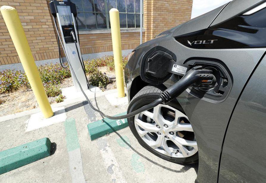 Sähköautojen käytettyjen litiumakkujen kierrätys alkoi Suomessa vuoden alussa. Ajovoima-akuista voidaan joko ottaa arvokkaat ainesosat talteen tai keksiä akuille uusiokäyttöä.