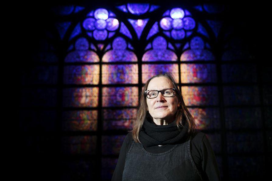 Marjatta Kuivasto sai vapaat kädet toteuttaa Notre Damen Tampereen Teatteriin. Aikakauden oikeat materiaalit olivat yksi tärkeä lähtökohta. Taustalla yksi suuritöisistä lyijylasi-ikkunoista.