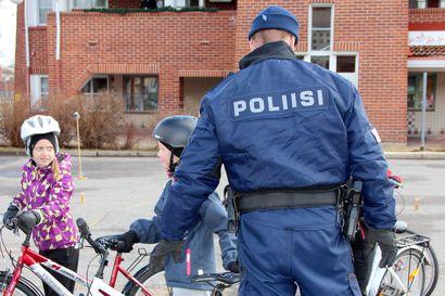 Poliisi valvoo liikennettä koulujen alkaessa – myös koulujen alkamisviikonlopun juhlinta tehotarkkailussa