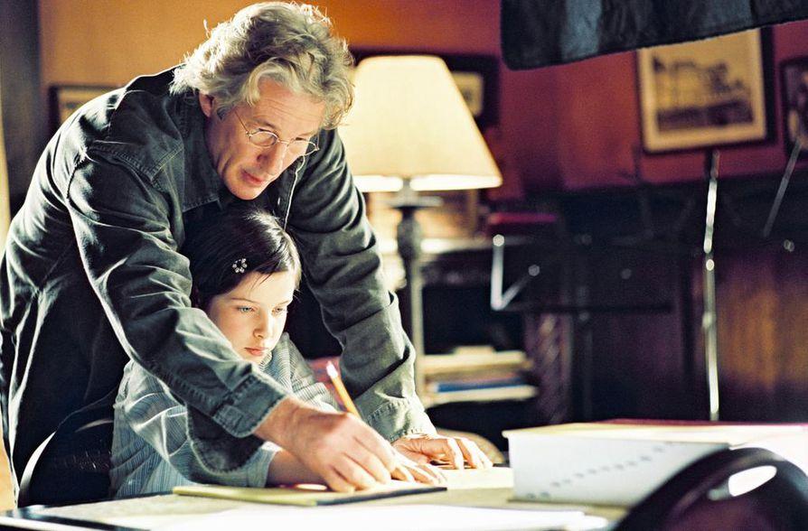 Richard Gere keskittyy isänä täysin Eliza-tyttärensä (Fiora Gross) valmentamiseen. Bee Season perustuu Myla Goldbergin romaaniin.
