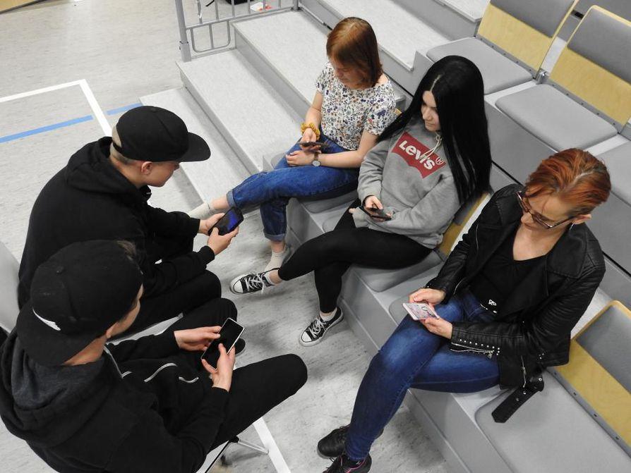 Vaalan yhteinäiskoulun oppilaat Mico Lämsä, Toni Seppänen, Anna Karjalainen ja Jenna Sutinen sekä etsivä nuorisotyöntekijä Tiina Vaattovaara sanovat, että nettimaailma on oleellinen osa nuorten ja myös monen aikuisen elämää.