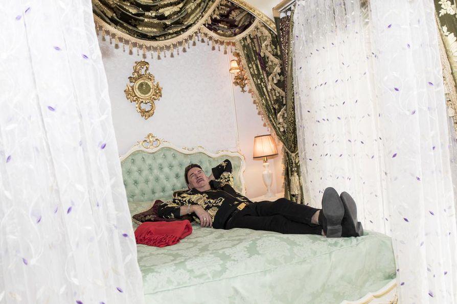 Pylvässängyssä saa makoisat unet. Televisio on myös piilotettu pylväikköön niin, ettei sitä näy sängyn ulkopuolelle.
