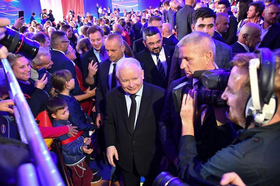 Puolan Laki ja oikeus -puolueen puheenjohtaja Jaroslav Kaczynski (kesk.) on kertonut ottavansa mallia Viktor Orbánin Unkarista. Orbán on Unkarin pääministeri, joka on Suomen EU-puheenjohtajakauden aikana kritisoinut Suomea moneen otteeseen kovin sanoin.
