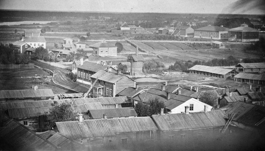Näkymä kirkon tornista lääninvankilaan ja kasarmille päin 1800-luvulla. Oikealla yläkulmassa entiset kruunun viljamakasiinit, oikealla näkyvä tiilitehdas ja keskellä oleva fajanssitehdas ovat hävinneet. Etualalla olevat talot paloivat vuonna 1884 tulipalossa.