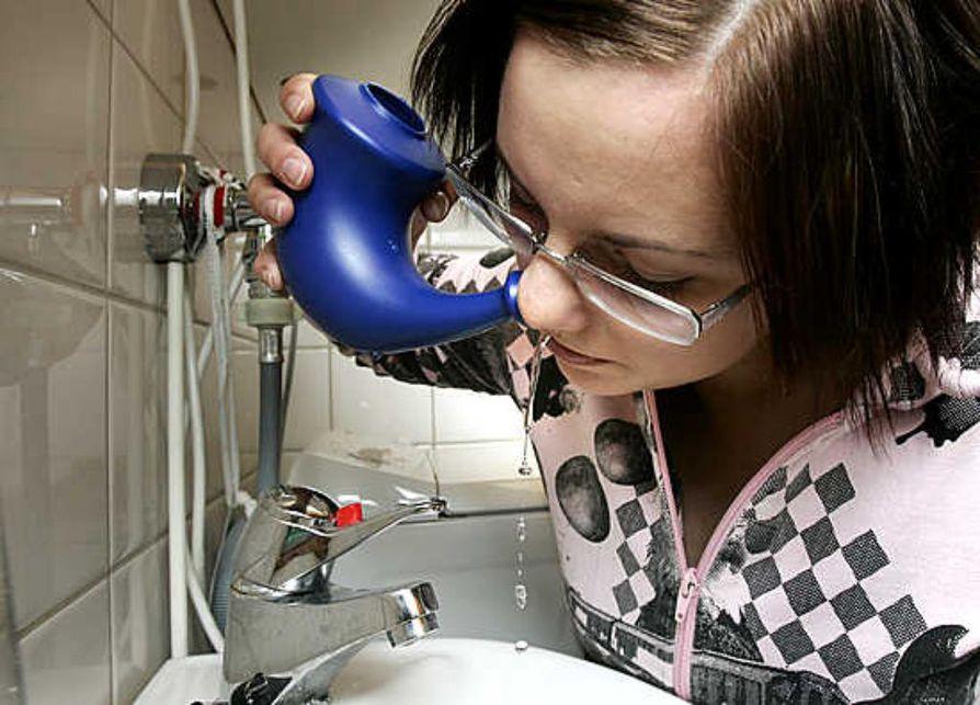 Oululainen Päivi Urhonen käyttää nenähuuhtelukannua lähinnä flunssan hoidossa. Hän kokee huuhtelun auttavan tukkoisuuteen. Nenä huuhdellaan kaatamalla kannulla sieraimeen keitettyä, kehonlämpöistä vettä.