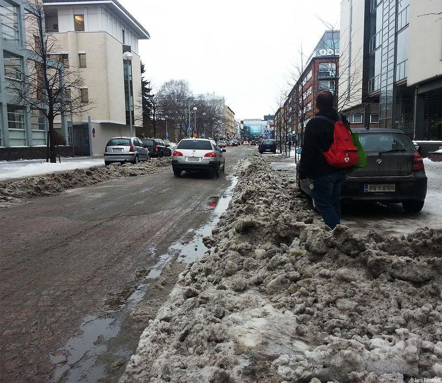 """""""Tiemestarin erikoinen"""" Oulun Isollakadulla sai monen autoilijan ihmettelemään liikkeellepääsyä, kertoi kuvan ottanut lukija."""