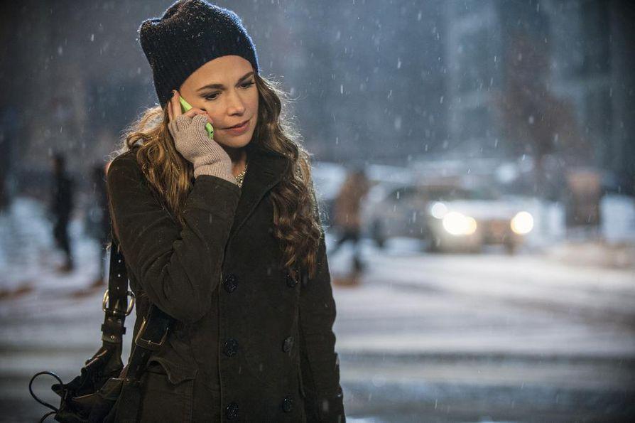 Liza (Sutton Foster) valehtelee ikänsä työhaastattelussa ja tempautuu parikymppisten villiin elämään.