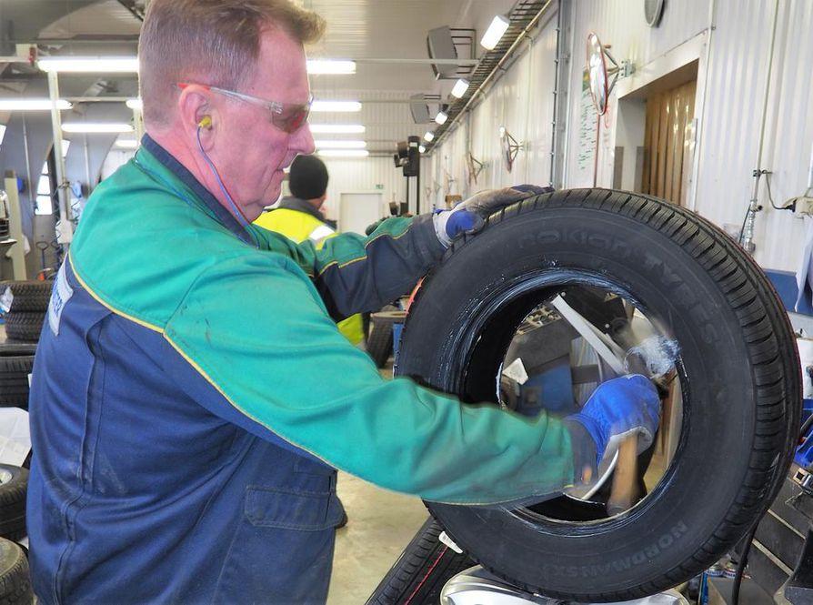 Ari Piirinen laittoi uutta kesärengasta vanteelle Euromasterilla. Henkilöauton uudet rengassarjat maksavat 250–500 euroa.