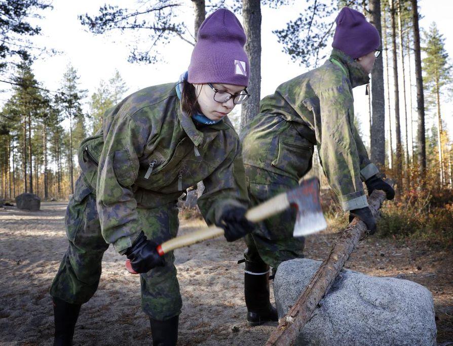 Janita Mikkonen katkaisi lauantaina rankaa rovaniemeläisen Marjo Hettulan kanssa tehdäkseen rinkkalautan. He osallistuvat viikonloppuna Selviytyminen maastossa kurssille Hiukkavaarassa.