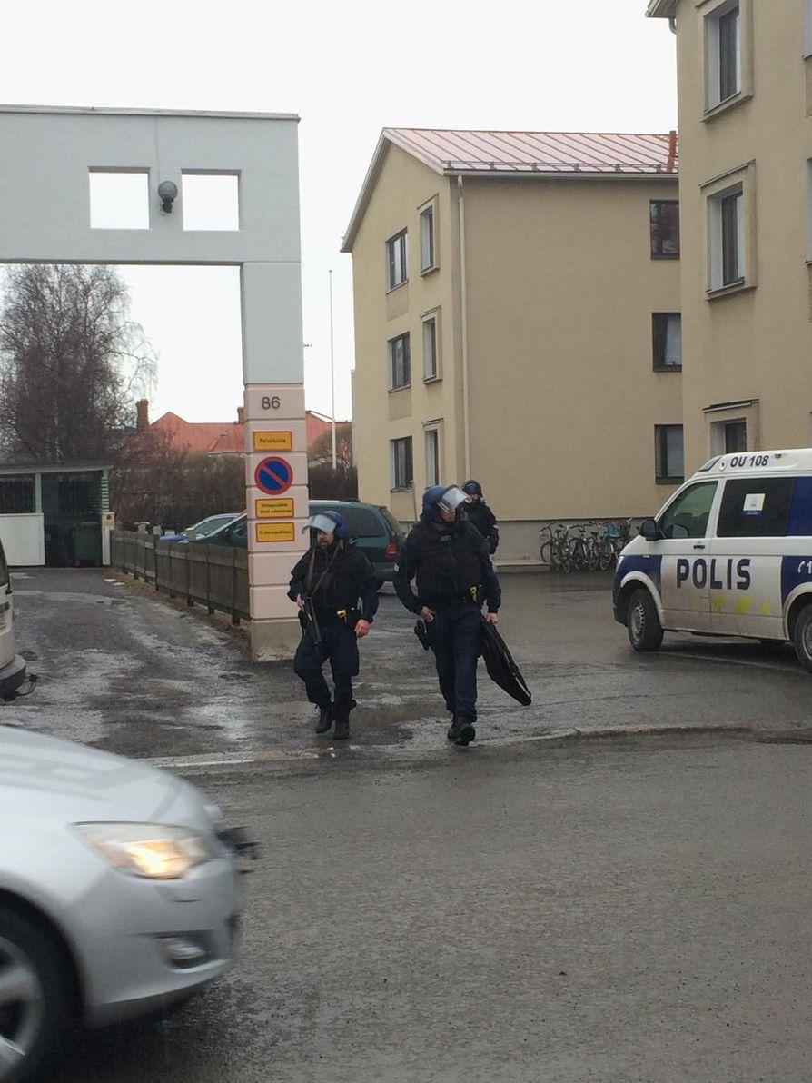 Oulun Heinäpäässä Isollakadulla oli käynnissä poliisioperaatio kerrostalon luona. Se päättyi yhden miehen kiinniottoon ennen puolta kahdeksaa.