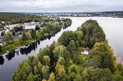 Rovaniemen keskustan liepeillä on kesämökki myynnissä – Lainassaaressa sijaitsevaa mökkiä ja tonttia myydään 200 000 eurolla
