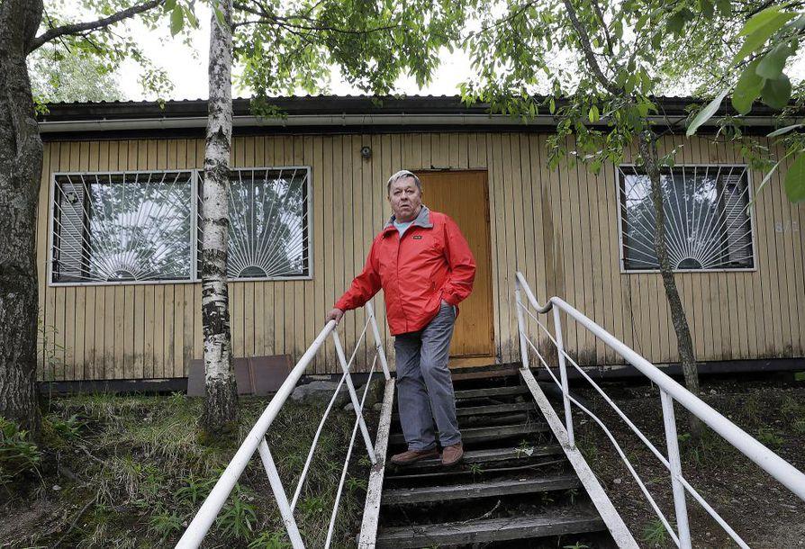 """Kahdeksan miehen parakki oli Kimmo Hummastin toinen koti vuosien ajan. Siinä on asuttu vielä viime aikoina. """"Kaide vain oli aiemmin puinen."""""""