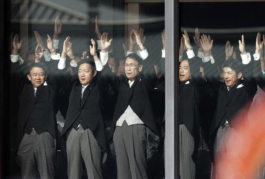 """Kruunajaisseremoniaan osallistujat huusivat """"bansai"""" (eläköön) kolme kertaa keisarille."""