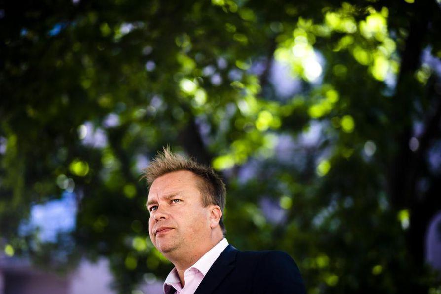 Puolustuministeri Antti Kaikkonen (kesk.) painottaa, että Suomi ei vie puolustusmateriaalia sotaa käyviin maihin.