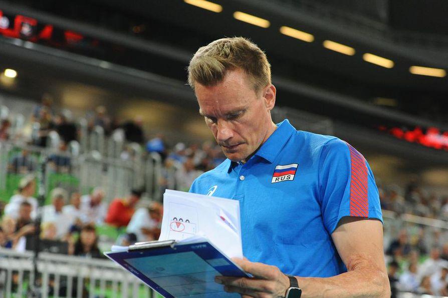 Tuomas Sammelvuo vilkuili välillä papereitaan, vaikka päävalmentaja tiesi muutenkin, että Venäjän peli kentällä oli totutun tehokasta.