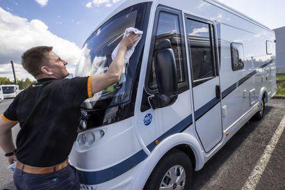 """Tänä kesänä reissataan matkailuautoilla kotimaassa – """"Kaikki asiakkaat eivät ole enää niitä yli 50-vuotiaita, vaan matkailuautot kiinnostavat yhä enemmän myös nuoria"""""""