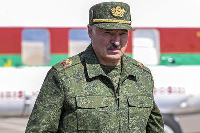 """Minskissä on käynnissä valtava mielenosoitus """"uuden Valko-Venäjän"""" puolesta – kaupunkiin letkoittain sotilasajoneuvoja, armeija suojaamassa muistomerkkejä"""